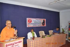 Rev. Swami Atmashraddhanandaji Maharaj addressing the college students