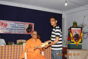 Rev. Swami Atmashraddhanandaji Maharaj giving away prizes to winners.