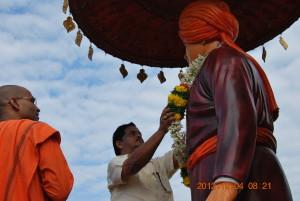 Municipall commissioner garlanding the image of Swamiji