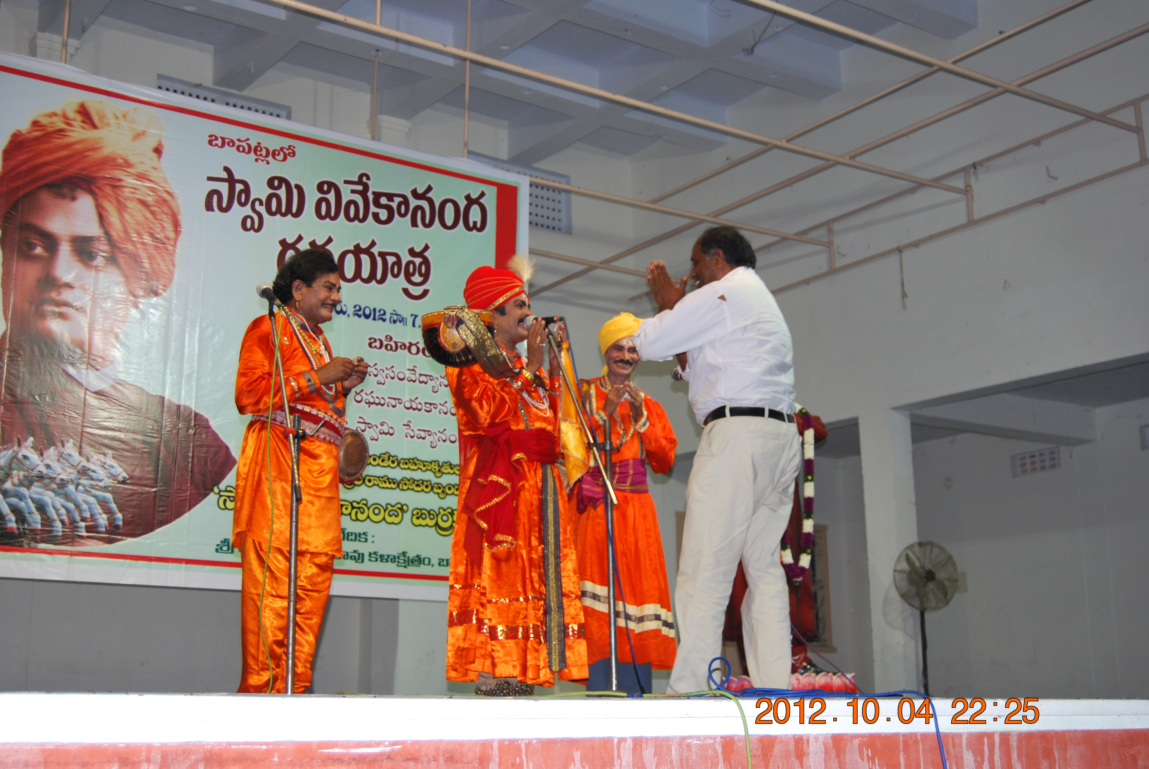 Sri G Ravindra babu fecilitating the artists