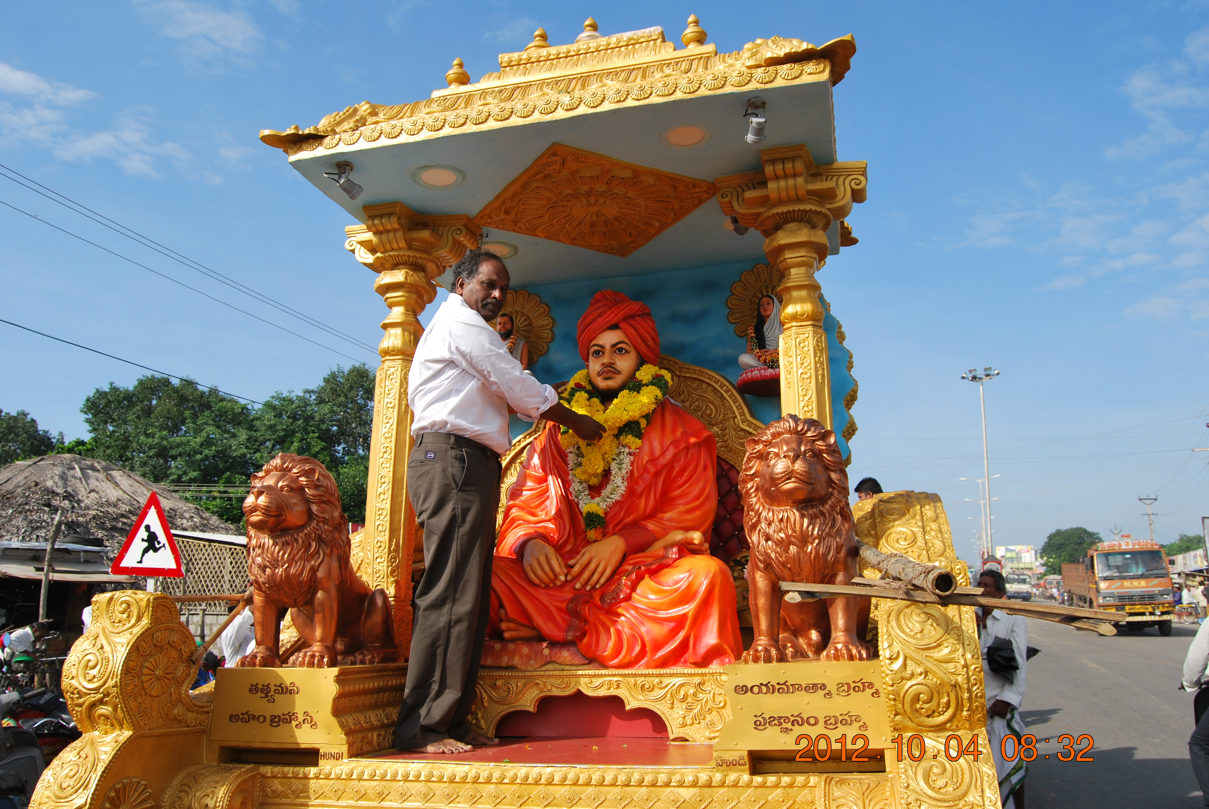 Sri G Ravindra babu garlanding the image of Swamiji