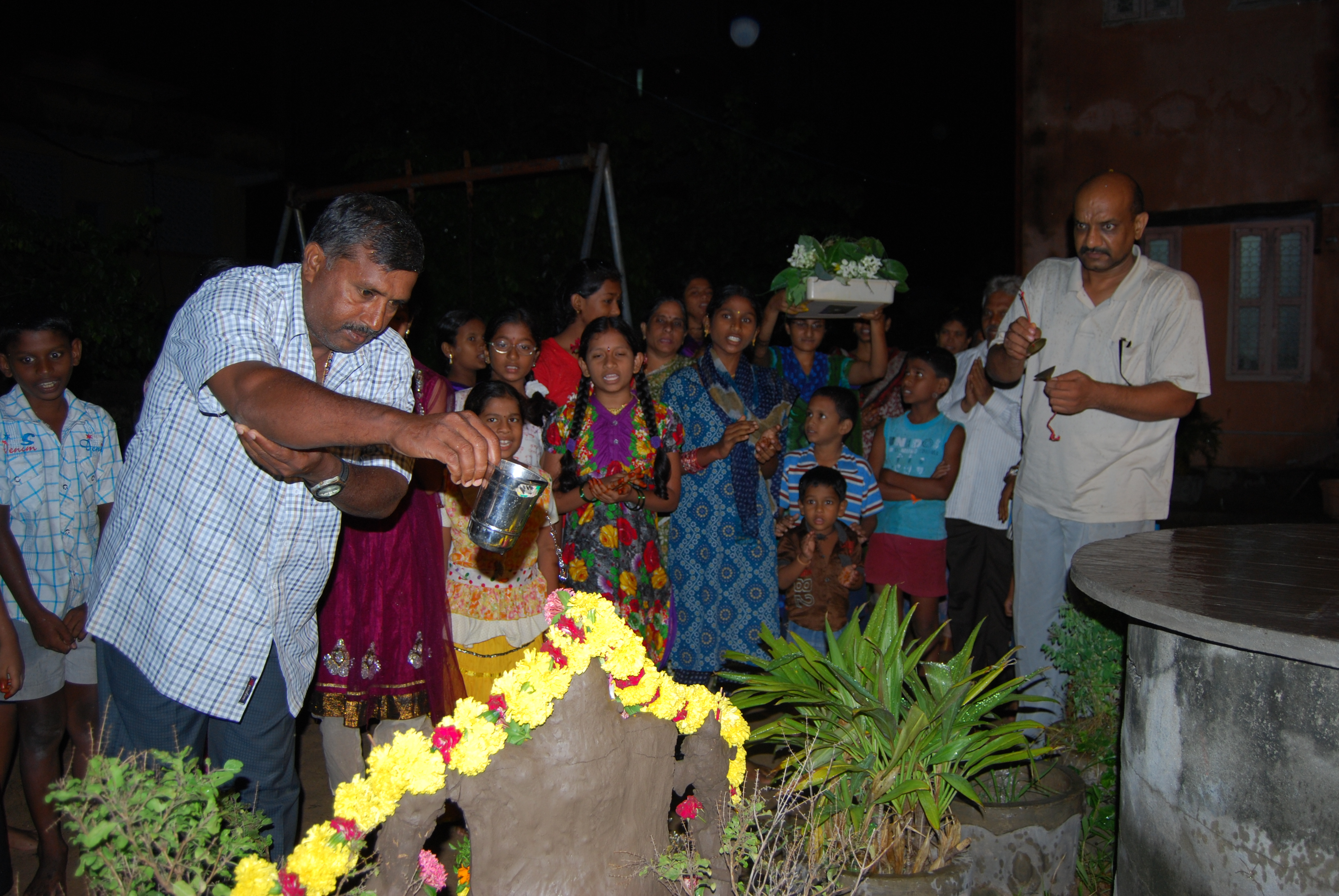 Nimajjan in the evening. Devotees offering water and flowers.