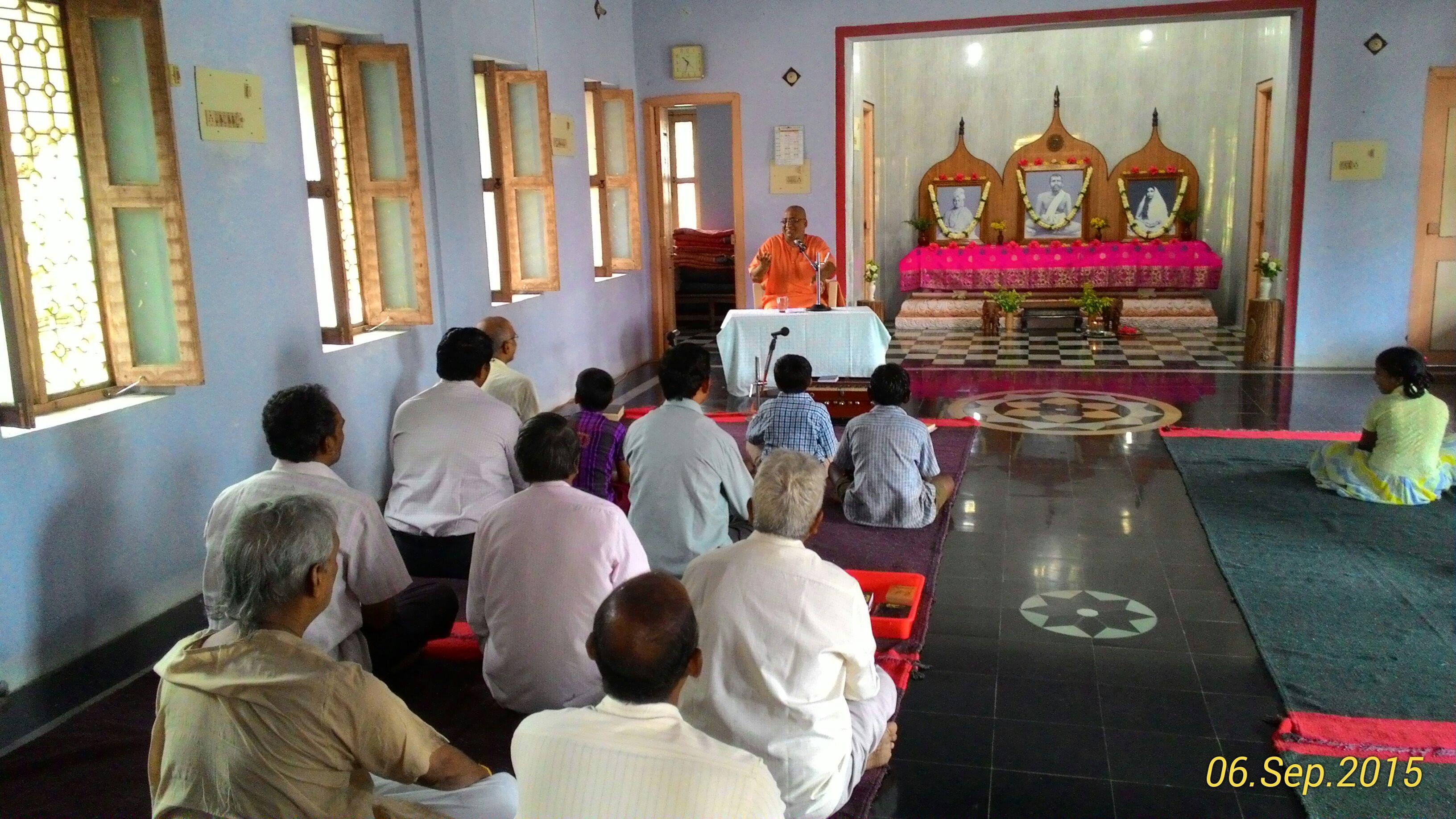 Rev. Swami Guneshanandaji addressing the devotees.